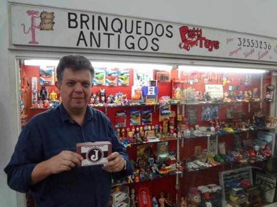 Marcelo Patti em sua vitrine na galeria dos brinquedos. Centro-SP