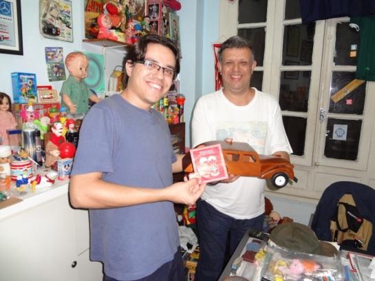 Nem o amigo colecionador Luis Grama resiste em tirar uma foto com a Limousine Estrela.