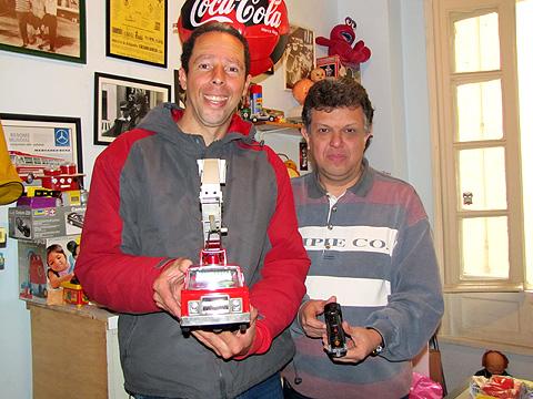 José Luís, conhecido como Zé Fusca (à esquerda) e Marcelo Patti, proprietário da Patti Toys (Foto: tarcilaz)